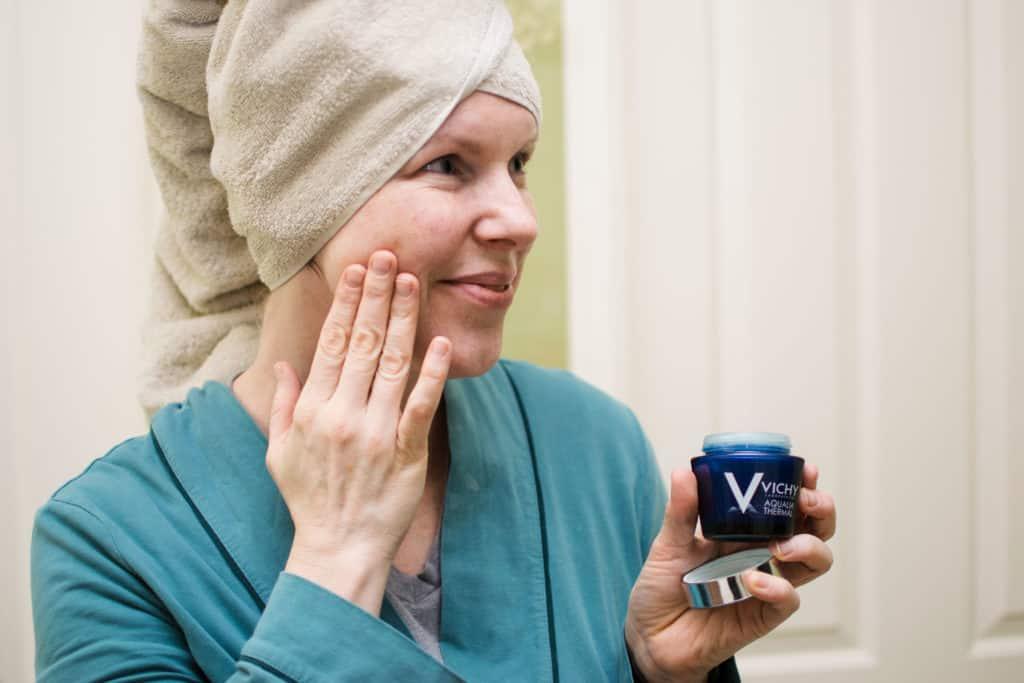 Momblogger Amanda Seghetti applying Vichy thermal night gel to her face