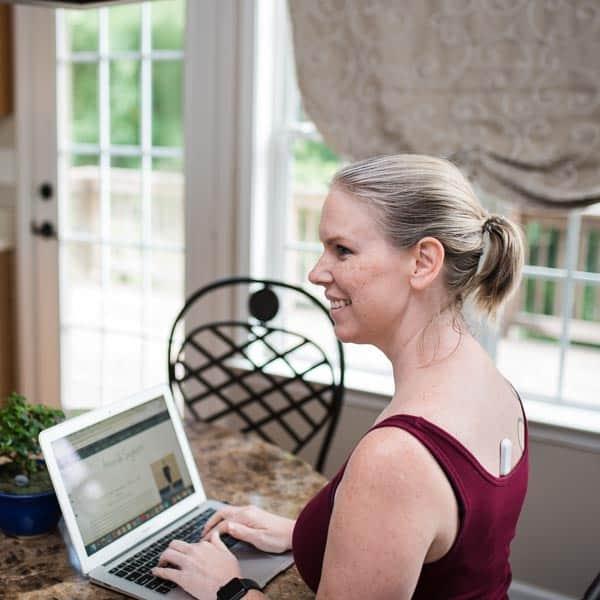 Lifestyle blogger Amanda Seghetti uses the UPRIGHT GO 2 to help improve posture