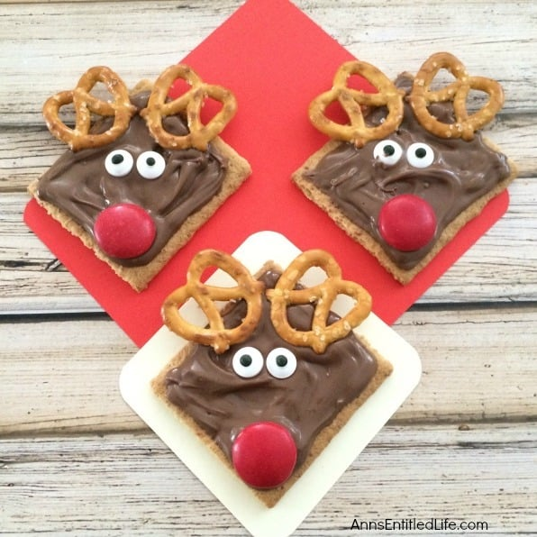 Reindeer treats made with pretzels and graham crackers.