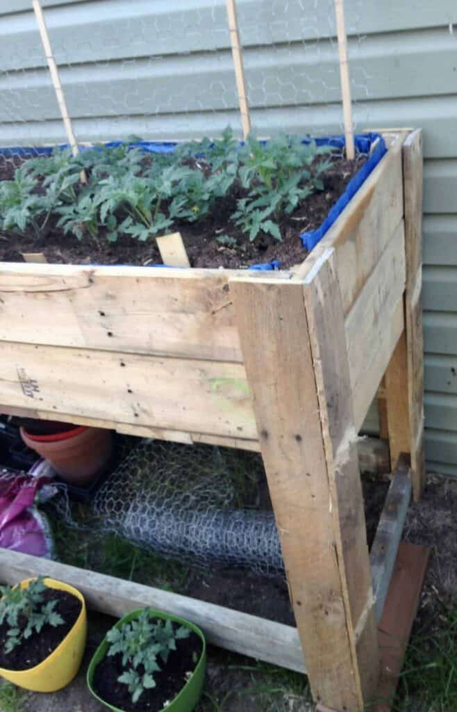 use long pallet boards for raised garden bed